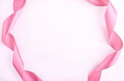 Verdrehtes rosa Band, das Rahmen macht stockbild