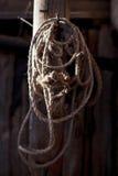 Verdrehtes Seil, das an einem hölzernen Pfosten in der Scheune hängt Lizenzfreies Stockbild