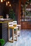 Verdrehtes Treppenhaus in der Weihnachtsbibliothek mit dem verzierten hölzernen Stangenzähler im Innenraum lizenzfreies stockbild