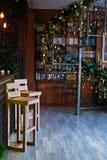Verdrehtes Treppenhaus in der Weihnachtsbibliothek mit dem verzierten Weihnachtsbaum im Innenraum lizenzfreie stockbilder