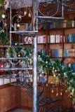 Verdrehtes Treppenhaus in der Weihnachtsbibliothek mit verziert Innenraum des neuen Jahres stockfotografie