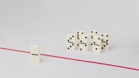 Verdreven van de groep, onbekwaam om de rode lijn te kruisen die hen scheidt Scène met groep domino Concept van Royalty-vrije Stock Afbeelding