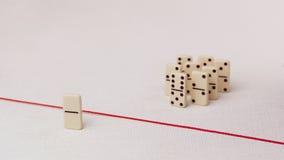 Verdreven van de groep, onbekwaam om de rode lijn te kruisen die hen scheidt Scène met groep domino Concept van Stock Afbeelding