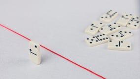 Verdreven van de groep, onbekwaam om de rode lijn te kruisen die hen scheidt Scène met groep domino Concept van Stock Fotografie