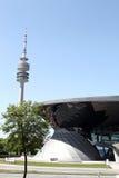 Verdugón de BMW con Olympia Park Tower en Munich, Alemania Fotografía de archivo