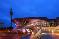 Verdugón Munich, Alemania de BMW en la noche Imágenes de archivo libres de regalías
