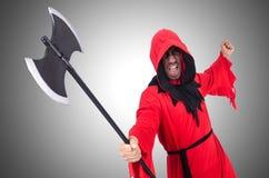 Verdugo en traje rojo con el hacha Imágenes de archivo libres de regalías