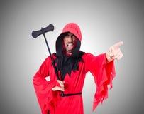 Verdugo en traje rojo con el hacha en blanco Fotos de archivo libres de regalías