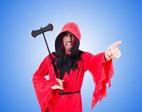 Verdugo en traje rojo con el hacha en el blanco Fotografía de archivo libre de regalías