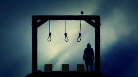 Verdugo Standing en la horca en un día nublado oscuro stock de ilustración