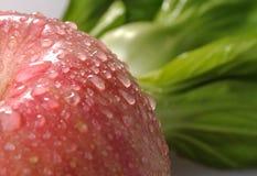 Verdulería fresca y manzana roja Imagen de archivo