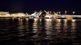 Verdunning van bruggen in St. Petersburg Scheidingsbruggen in de stad Versnelde video stock videobeelden