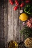Verdura con el condimento, camarones y pastas en la opinión de sobremesa de madera Imagen de archivo libre de regalías