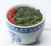 Verdura con la minestra rossa della data in ciotola cinese Immagini Stock