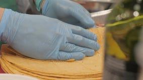 Verdura del abrigo de las manos del cocinero que completa torta del pan en cierre del restaurante de la cocina para arriba metrajes