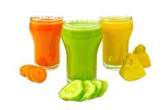 Verdura del jugo en tres vidrios con las verduras Fotos de archivo libres de regalías