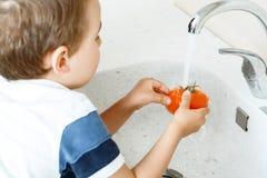 Verdura di lavaggio del piccolo bambino Fotografia Stock Libera da Diritti