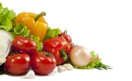 Verdura fresca con i fogli isolati sopra bianco Immagini Stock