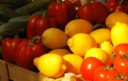 Verdura fresca e frutta al servizio Immagini Stock Libere da Diritti