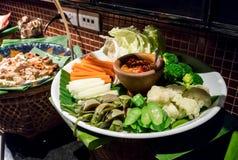 Verdura fresca ed imbiancata mista con Nam Prik, tradtiona tailandese Fotografie Stock Libere da Diritti