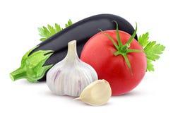Verdura fresca isolata Melanzana, pomodoro, ritaglio dell'aglio su fondo bianco Fotografia Stock