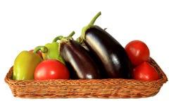 Verdura fresca nel vimine immagini stock