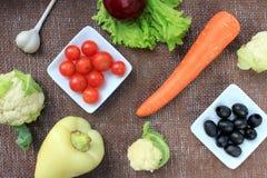 Verdura fresca su tela di canapa marrone Immagini Stock