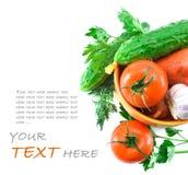Verdura fresca su una priorità bassa bianca Immagine Stock
