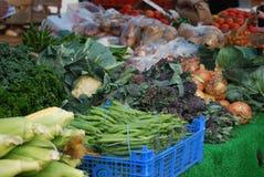 Verdura fresca su una stalla del mercato immagine stock