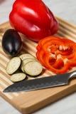 Verdura fresca sulla scheda di taglio Immagine Stock Libera da Diritti