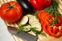 Verdura fresca sulla scheda di taglio Fotografia Stock Libera da Diritti