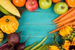 Verdura fresca sulla tabella Immagine Stock
