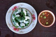Verdura local cocida al vapor con leche de coco en el servicio superior con goma del chile de los mariscos Imágenes de archivo libres de regalías