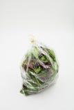Verdura orgánica verde en la bolsa de plástico Foto de archivo