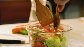 Verdura sana del preparato dell'insalata dell'alimento del vegano di nutrizione archivi video