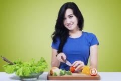 Verdura vegetariana di taglio della ragazza Fotografia Stock Libera da Diritti