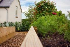 Verdura y camas aumentadas jardín de flores Plantas y casa de campo Imágenes de archivo libres de regalías