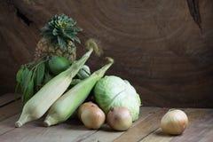 Verdura y fruta en la tabla de madera Fotografía de archivo libre de regalías