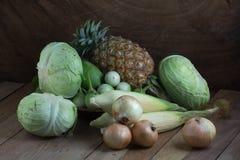 Verdura y fruta en la tabla de madera Fotografía de archivo