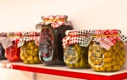 Verduras adobado y de las salmueras - pimientos picantes, tomates, cucumb fotografía de archivo