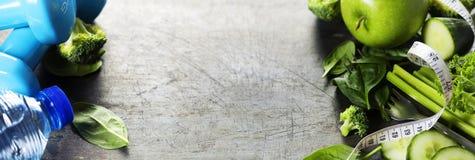 Verduras, agua y cinta métrica sanas frescas Salud y d Imagen de archivo libre de regalías
