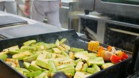 Verduras asadas a la parrilla, barbacoa, Bbq El trabajo del cocinero, friendo maíz, pimienta, productos, calabacín en la parrilla almacen de video
