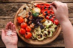 Verduras asadas a la parrilla cocinadas en la endecha de madera del plano del disco Fotografía de archivo libre de regalías