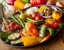 Verduras asadas a la parrilla coloridas en la cacerola del arrabio  imagen de archivo