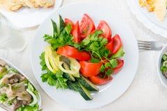 Verduras brillantes, fragantes, frescas cortadas del tomate, pepino, pimienta y primer de los verdes Imagenes de archivo