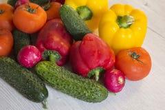 Verduras brillantes frescas en una tabla de madera Fotografía de archivo libre de regalías