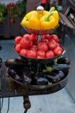 Verduras brillantes y frescas en la bandeja con gradas fotografía de archivo libre de regalías