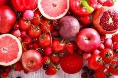 Verduras clasificadas y frutas del color rojo Fotografía de archivo libre de regalías