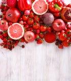 Verduras clasificadas y frutas del color rojo Imagenes de archivo