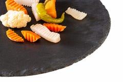 Verduras clasificadas zanahoria, chile, coliflor de las salmueras Slate a la tarjeta Visión superior Copie el espacio Foco select foto de archivo